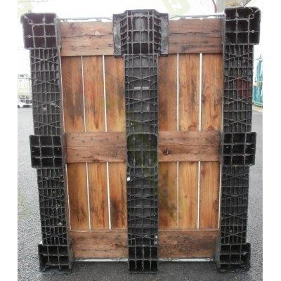 ilustrativní obrázek IBC nádrž 1000L vypláchnutá 15cm na plasto-dřevě